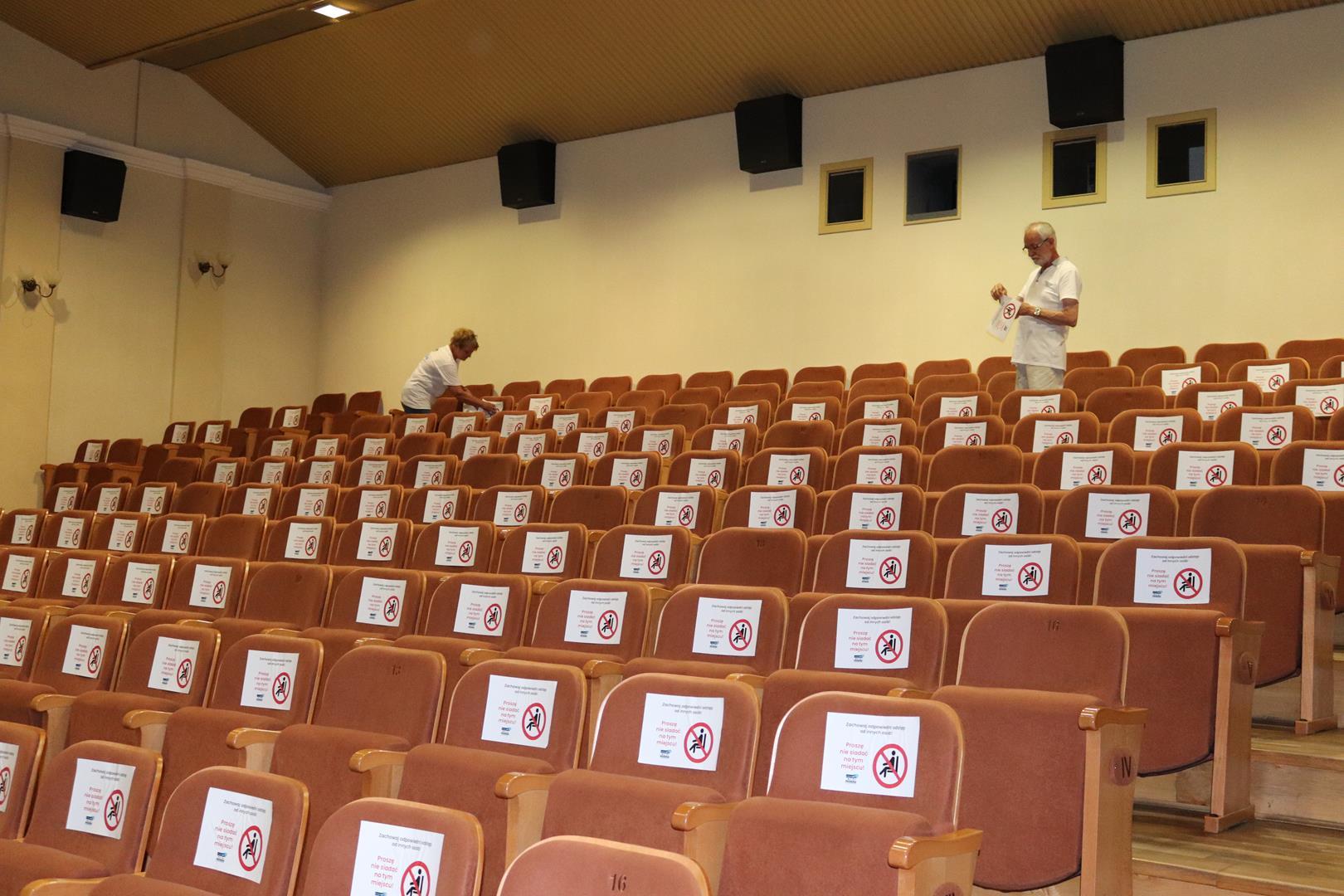 """Ostatnie przygotowania do wznowienia seansów w kinie """"Promień""""!"""